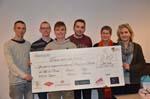 les étudiants du lycée d'Obernai remettent un chèque à l'OLCA