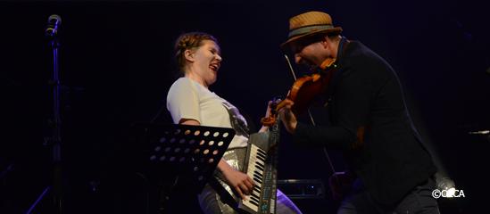 Léopoldine HH et Matskat jouant ensemble sur la scène de d'Stimme.